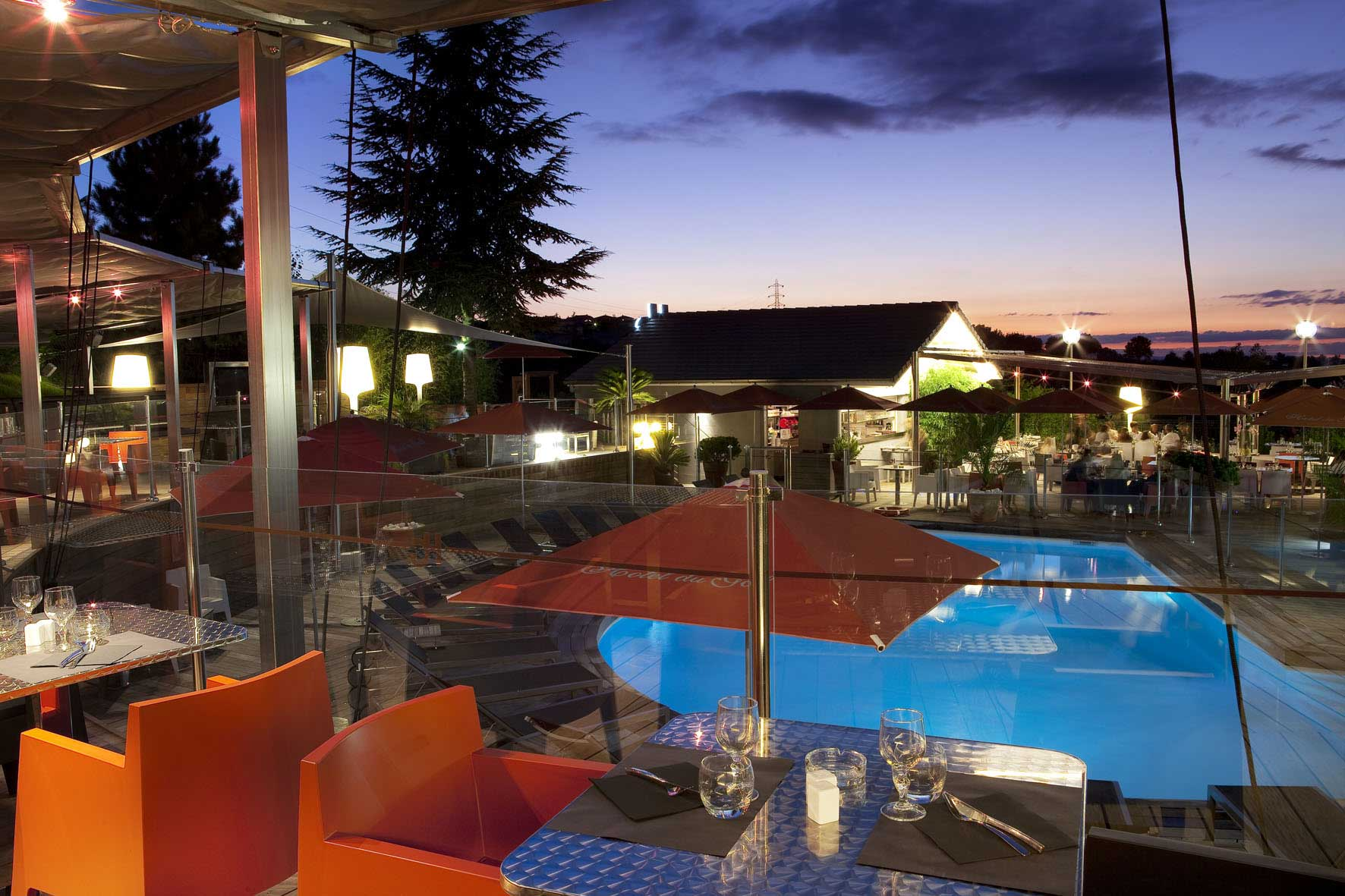 rbconcept-hotel-du-golf-terrasse-ete-piscine-nuit